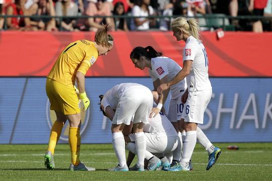 Các cầu thủ Anh an ủi Bassett sau pha đá phản định mệnh