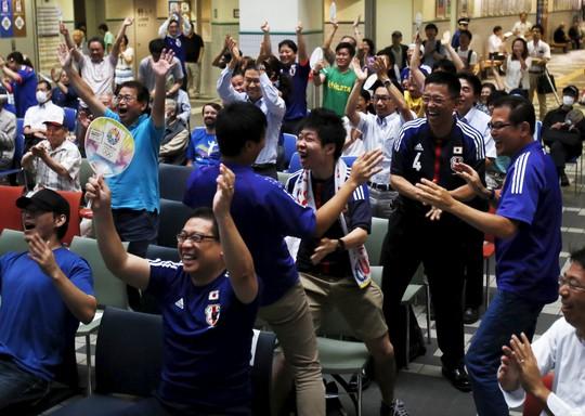 CĐV nam cũng được phép tạm dừng công việc để chúc mừng đội nữ Nhật