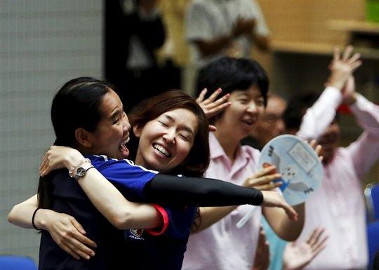 CĐV nữ của Nhật vui mừng