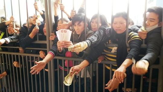 Chen lấn xô đẩy để mua vé