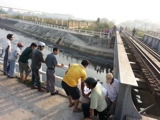 Khu vực cầu đường sắt nơi nạn nhân đứng và bị tàu tông văng xuống suối