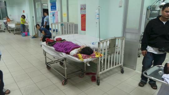 Một nữ nạn nhân đang cấp cứu do bị xe ca sĩ húc văng tại sân bay