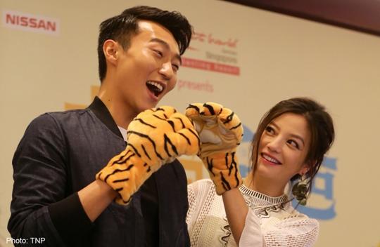 Triệu Vy và bạn diễn trong buổi quảng bá phim Mẹ hổ bố mèo
