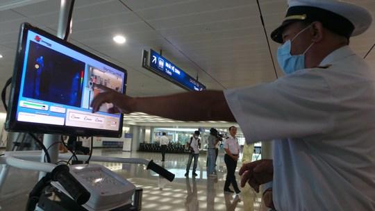 Lực lương kiểm dịch y tế cửa khẩu sân bay Tân Sơn Nhất bị quá tải do hành khách nhiều chuyến bay Hàn Quốc nhập cảnh cùng lúc.
