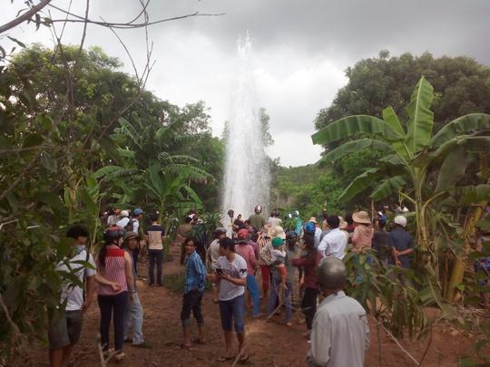 Nhiều người dân hiếu kỳ đến xem dòng nước phun cao hàng chục mét