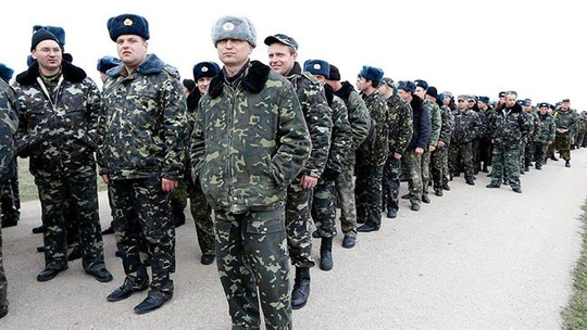 Một nhóm thanh niên đi nghĩa vụ quân sự tại Ukraine. Ảnh tư liệu PressTV