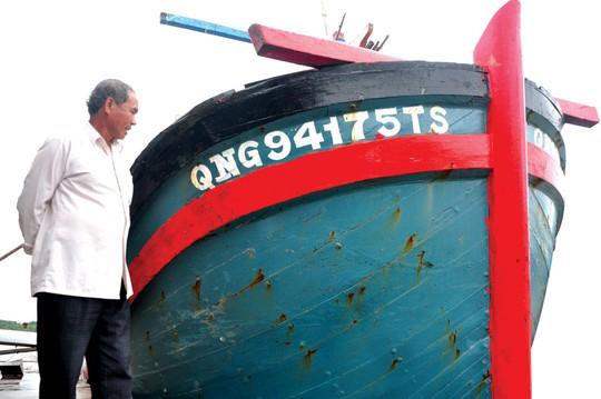 Ông Mai Xuân Thủy bên một chiếc tàu của gia đình Ảnh: TỬ TRỰC