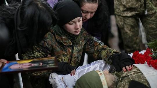 Một nữ quân nhân Ukraine tại đám tang cha mình, người tử trận ở Luhansk. Đám tang được tổ chức ở Kiev hôm 20-1. Ảnh: REUTERS