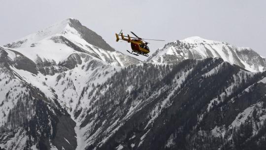 Trực thăng cứu nạn của Pháp tìm kiếm ở dãy núi Alps. Ảnh: Reuters