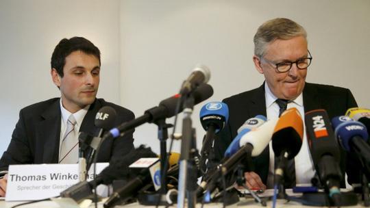 Phi công trưởng của Germanwings, ông Stefan Kenan Scheib, và Giám đốc điều hành Thomas Winkelmann tại cuộc họp báo. Ảnh: Reuters