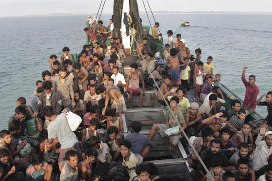 Người di cư trên con tàu được ngư dân Indonesia kéo vào bờ ở tỉnh Aceh hôm 20-5. Ảnh: AP