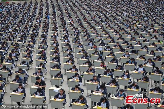 1.700 học sinh đội nắng làm bài thi giữa sân trường