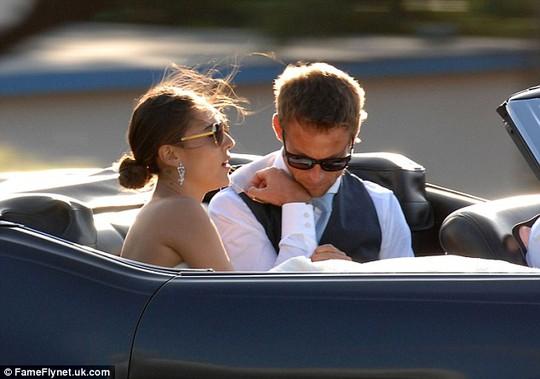 """""""Bông hồng lai"""" xinh đẹp theo Jenson Button về dinh"""