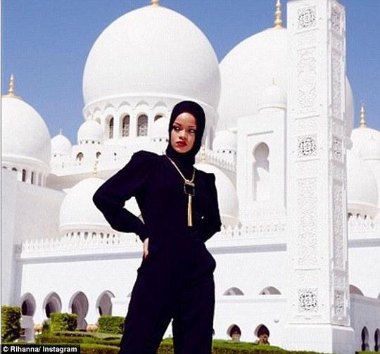 Rihanna từng bị chỉ trích vì chụp ảnh tạo dáng chốn tôn nghiêm