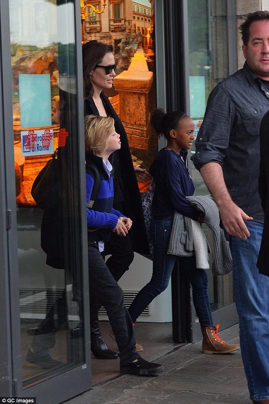 Angelina Jolie và hai con gái đến Rome