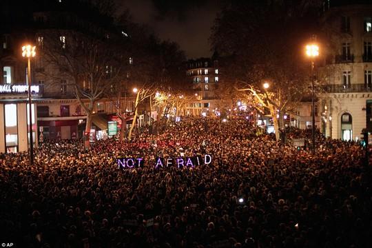 Người dân Pháp với dòng chữ không sợ phản đối cuộc thảm sát. Ảnh: AP
