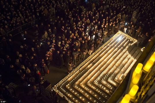 Người dân tưởng niệm các nạn nhân trong vụ thảm sát tại tòa soạn báo Charlie Hebdo. Ảnh: AP