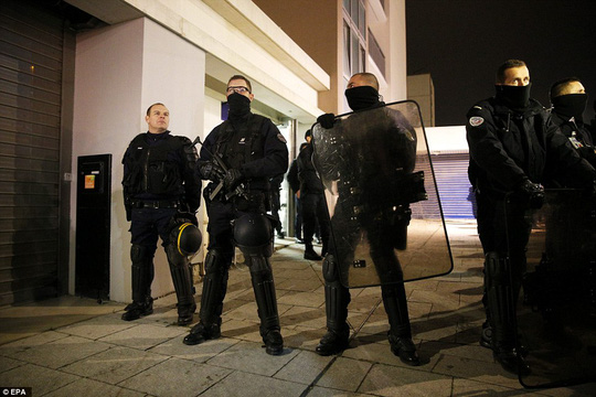 Cảnh sát chống khủng bố được triển khai. Ảnh: EPA