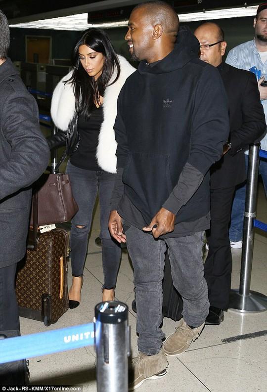 """Kim Kardashian bị kiểm tra kỹ ở sân bay vì """"vòng ba"""" quá to"""