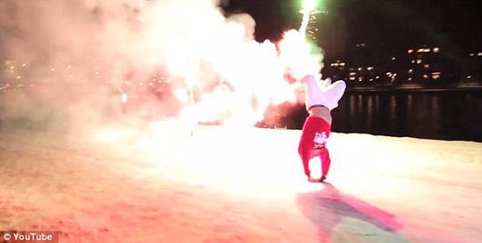 Tranh cãi với màn trình diễn gắn pháo hoa vào chân