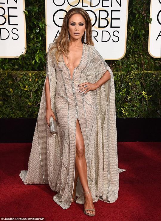 Diện đầm hở, Jennifer Lopez thu hút mọi ánh nhìn