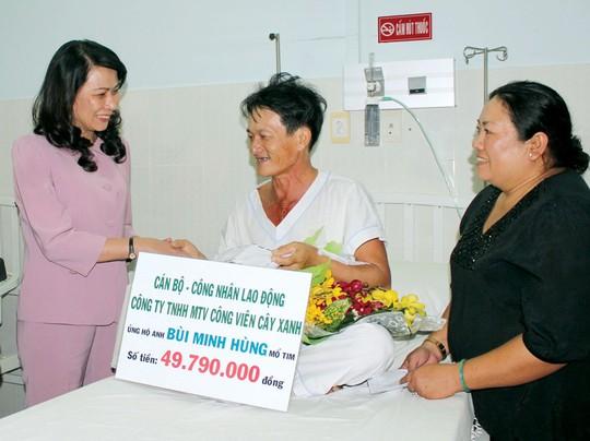 Chủ tịch LĐLĐ TP HCM, bà Nguyễn Thị Thu (trái), thăm công nhân được mổ tim Ảnh: THANH NGA