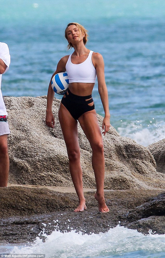 Candice Swanepoel tạo dáng