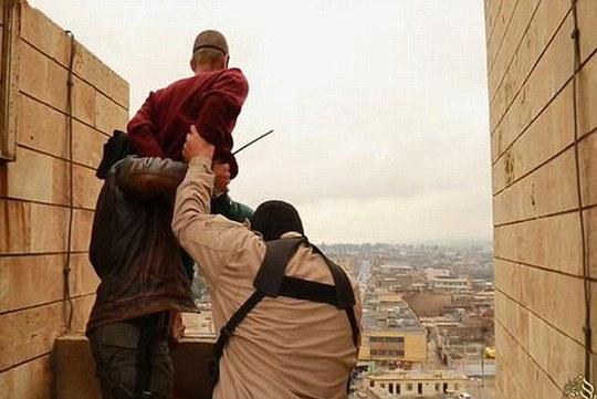 Người đàn ông bị ném ra khỏi tòa tháp. Ảnh: Daily Mail