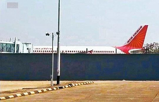 Chuyến bay bị trì hoãn 3 tiếng đồng hồ. Ảnh: Daily Mail