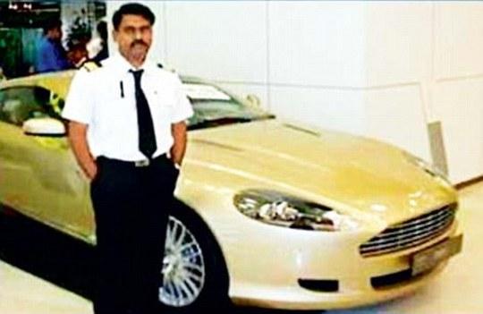 Cơ trưởng Manick Lal bị đình chỉ công tác. Ảnh: Daily Mail