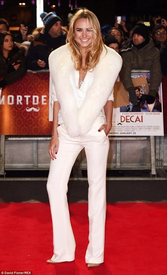 """Johnny Depp và Amber Heard """"tay trong tay"""" trên thảm đỏ"""