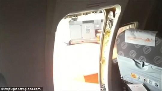 Một số hành khách mở cửa thoát hiểm máy bay cho thoáng. Ảnh: Daily Mail