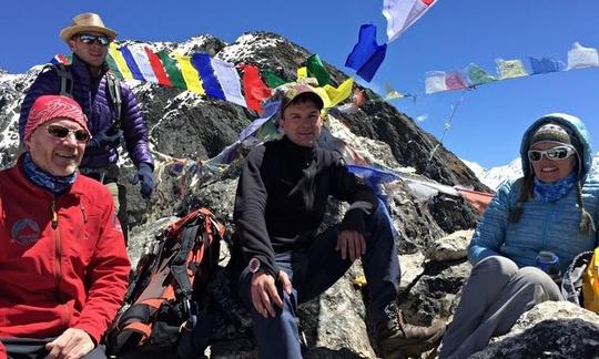 Dan Fredinburg (thứ 2 từ trái sang) trong một lần leo núi ở dãy Himalaya. Ảnh: Guardian