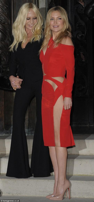 Nữ diễn viên Kate Hudson và đầm đỏ nhiều đường cắt xẻ táo bạo