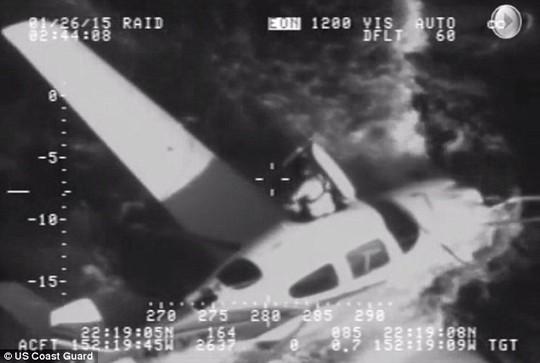 Phi công thoát ra ngoài từ phía trên máy bay. Ảnh:US Coast Guard