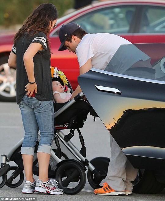 Ngắm con gái đáng yêu của Mila Kunis và Ashton Kutcher