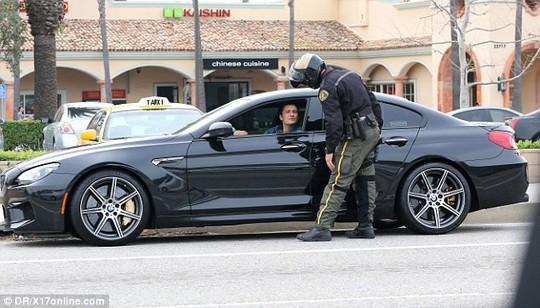 Orlando Bloom trò chuyện cùng cảnh sát