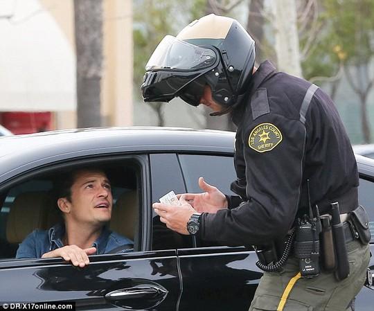 """""""Cướp biển"""" Orlando Bloom bị cảnh sát phạt"""