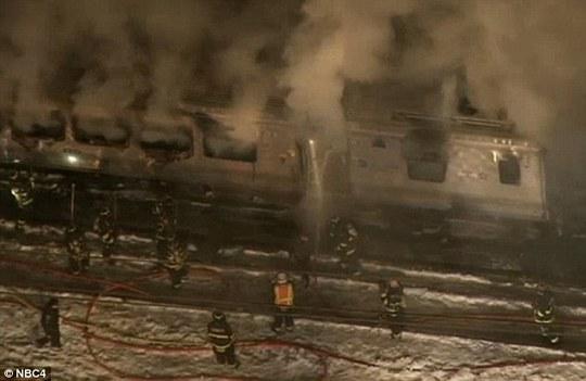 Lực lượng cứu hỏa không chế ngọn lửa. Ảnh: