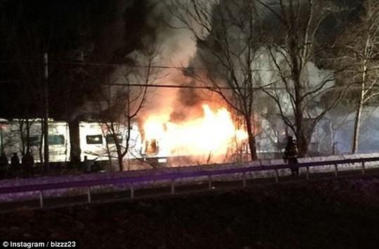 Toa đầu tiên của xe lửa phát nổ ngay khi va chạm. Ảnh: Daily Mail