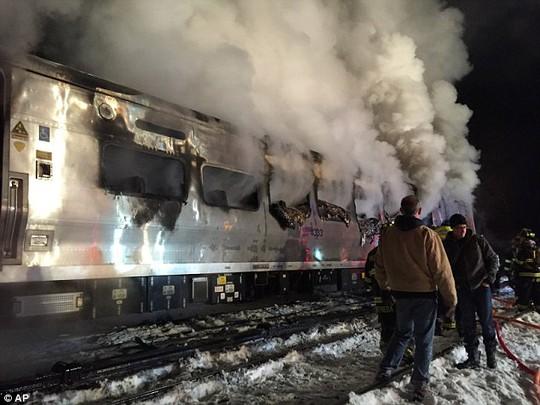 Đám cháy được dập tắt nhưng vẫn còn khói bốc lên. Ảnh: AP