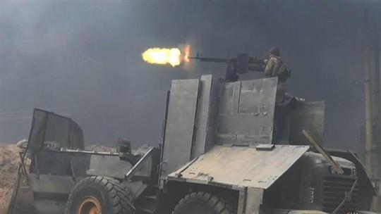 Một tên khủng bố IS ngồi trên xe ủi nã đạn về lực lượng quân đội chính phủ Iraq. Ảnh: Press TV