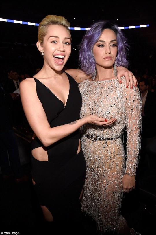Miley Cyrus và Katy Perry đọ vòng một