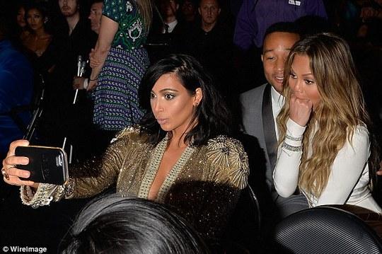 Không có Kanye bên cạnh, Kim liền lôi điện thoại ra chụp ảnh