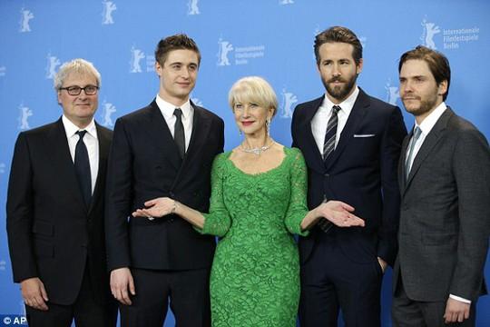 Helen Mirren bên cạnh các đồng nghiệp