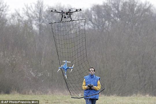 Pháp tiết lộ cách bắt máy bay không người lái. Ảnh: AP