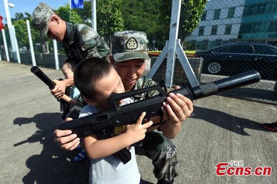 Trung Quốc mời dân đến xem diễn tập bắn đạn thật ở Hồng Kông