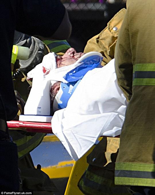 Harrison Ford lúc được đưa đi cấp cứu