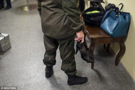 Nữ binh Ukraine buông súng, lả lướt trên sàn catwalk