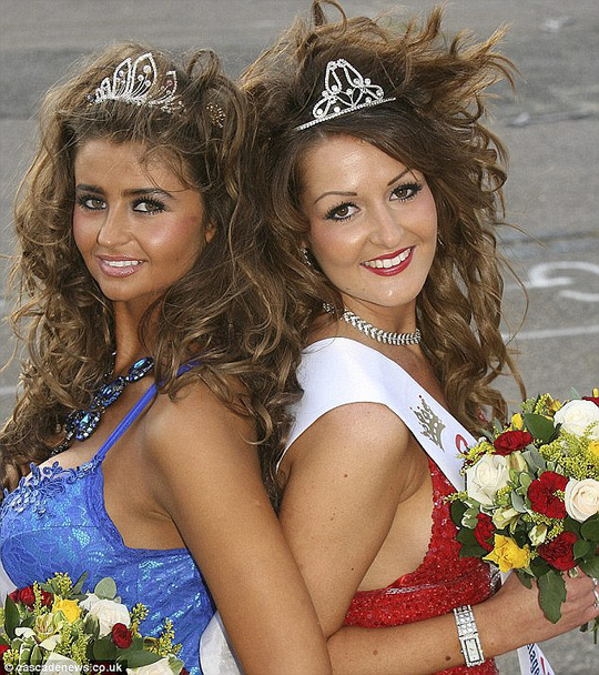 Bonnie Hiller (trái) từng tham gia tranh tài Hoa hậu Anh nhưng dừng bước vì kết hôn